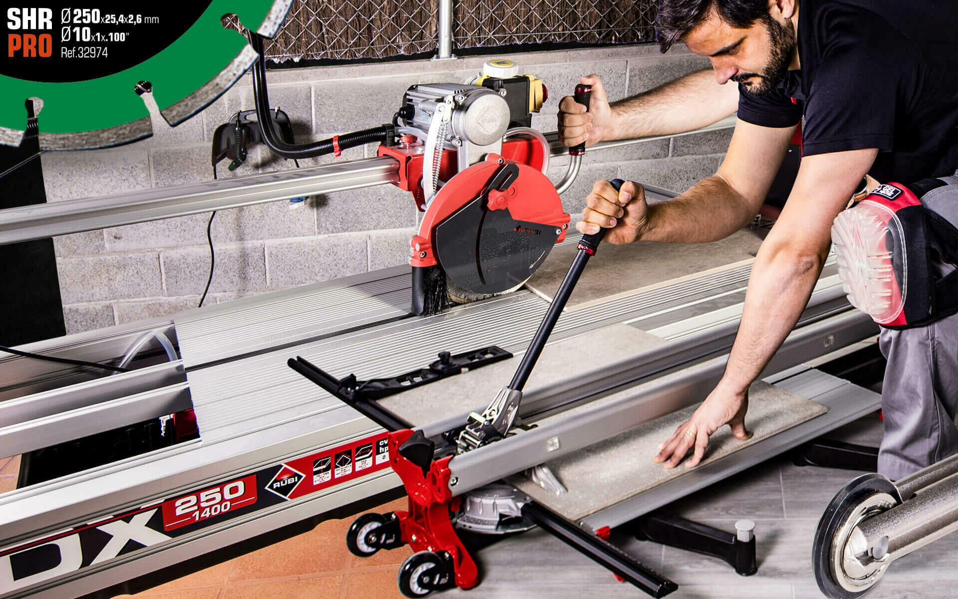 Een tegelsnijder en tegelzaagmachine met dezelfde lengte staan naast elkaar om een tegel te snijden en te zagen.