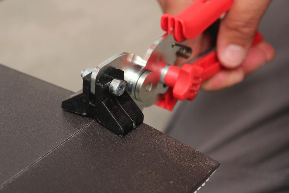Con las tenazas separadoras se aplica presión a cada lado del corte de la pieza y se separa muy fácilmente
