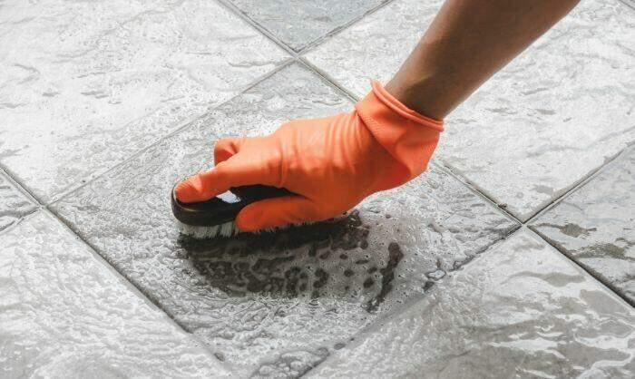 como quitar pintura del suelo porcelánico