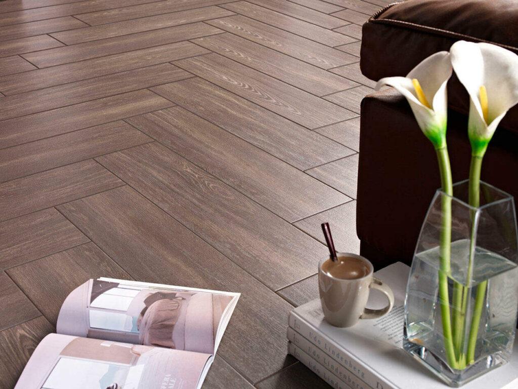 suelo de azulejo imitación madera