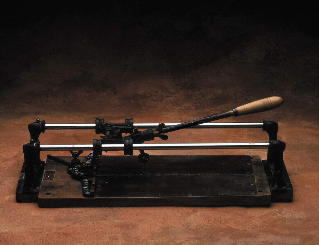 RUBI, la coupeuse manuelle pour la mosaïque hydraulique inventée en 1951.