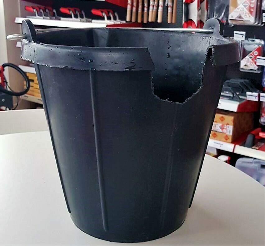 : In een emmer is een opening gemaakt vanaf de bovenkant, zodat de emmer altijd tot dat niveau gevuld kan worden met water om lijm te mixen.