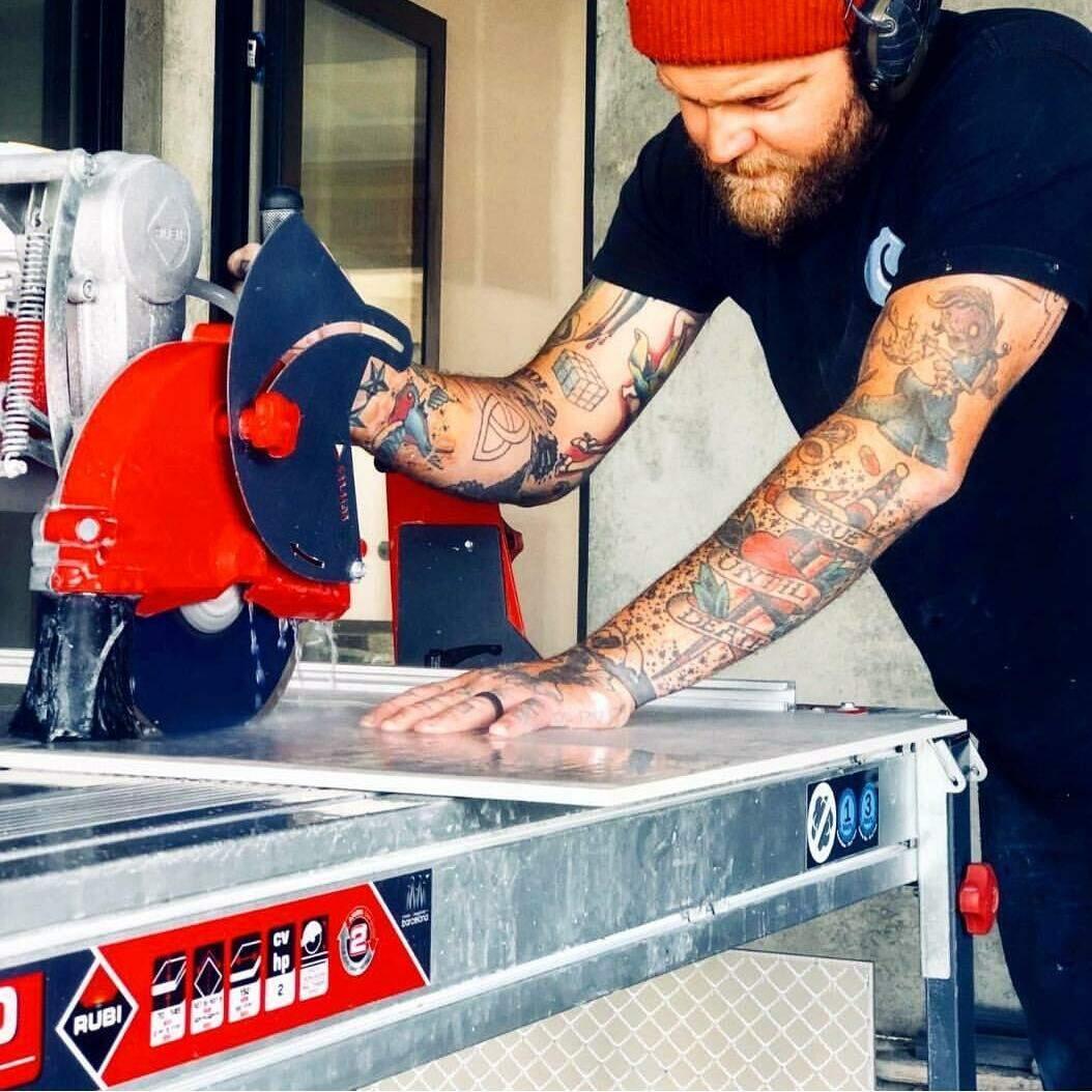 Door de pomp van de zaagmachine in een emmer te plaatsen, kun je snel even nat zagen.