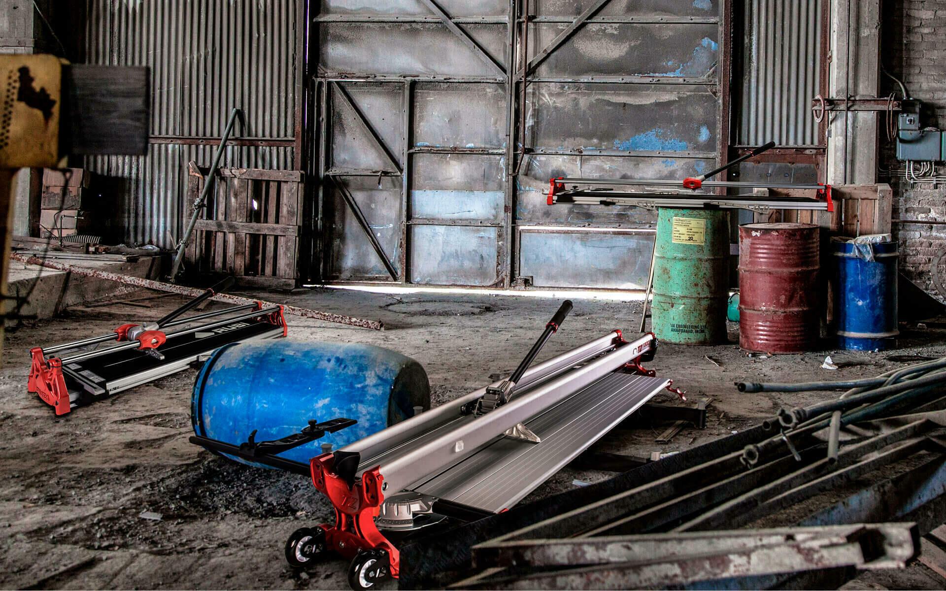 Een verzameling van tegelsnijders, die verschillen op het gebied van geleiding, breekkracht, breekmechanisme, vooraanslag en lengte.