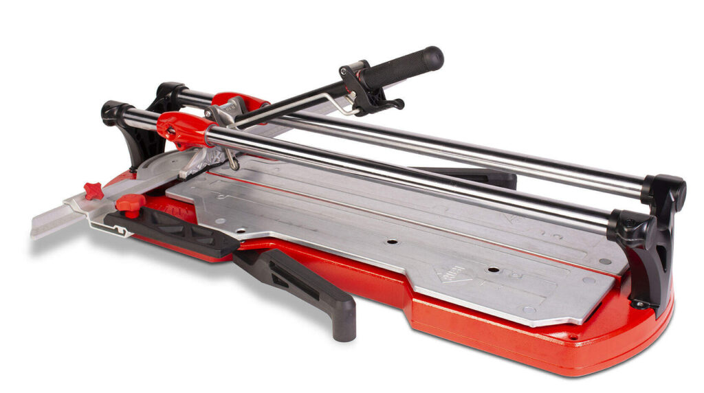 Stofvrij en droog werken kan door de tegels te snijden met een tegelsnijder in plaats van te zagen.