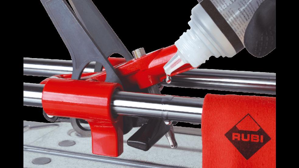 De olie verspreid je het beste door een paar keer op en neer te gaan met het snij-/breekmechanisme over de lengte van je tegelsnijder.