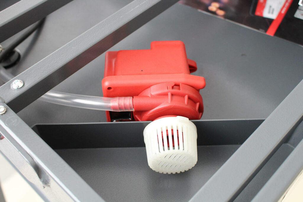 Door de waterpomp juist te plaatsen, haal je meer profijt uit je tegelzaagmachine.