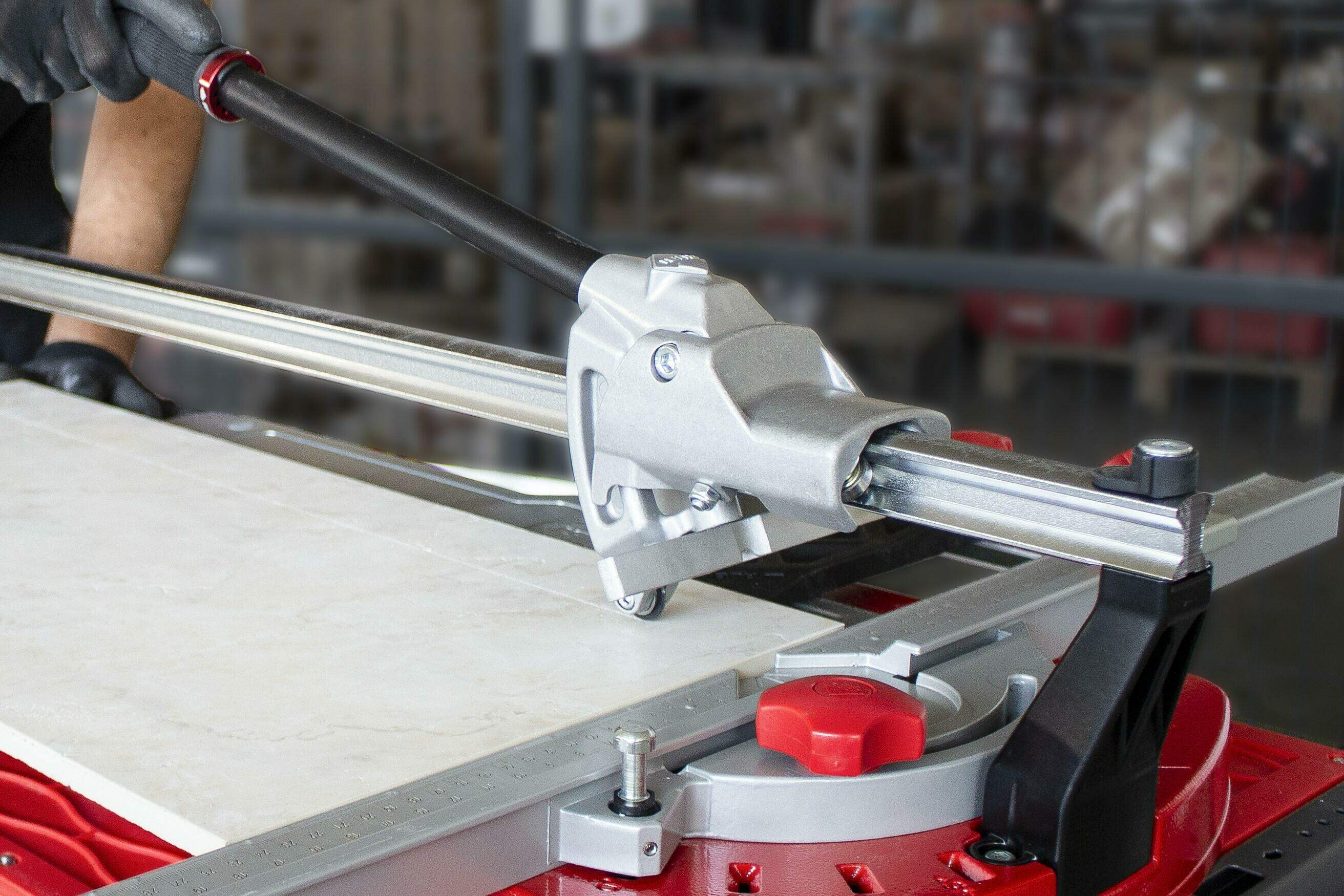 Het ontwerp van de TQ tegelsnijder met het snijwieltje vóór de breekvleugel zorgt voor een perfect zicht op de snijlijn