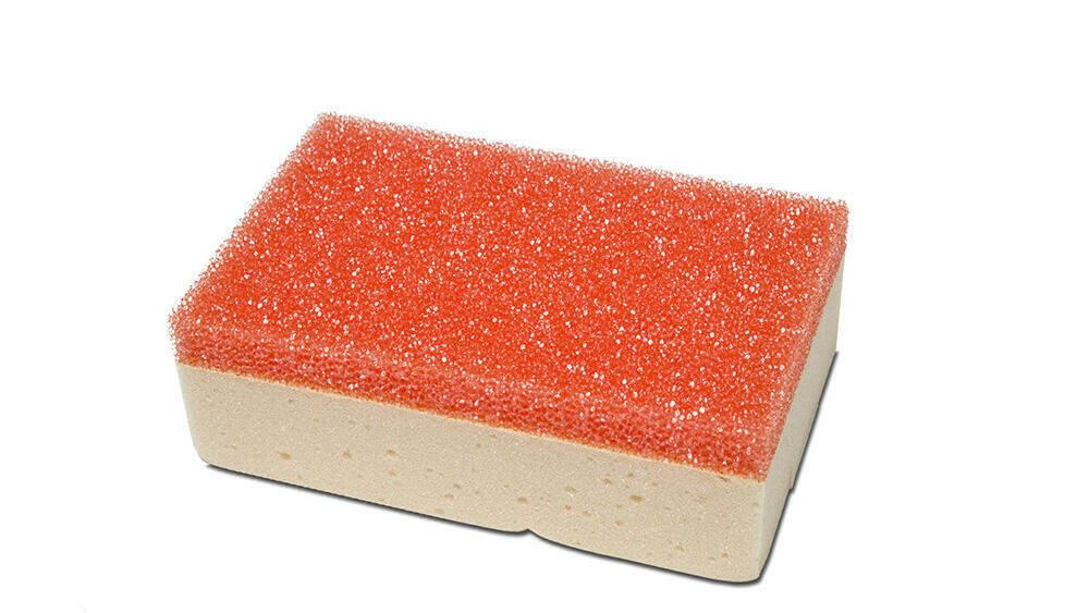 met een spons met een schuurzijde draai je de aanzetten van de voeg los