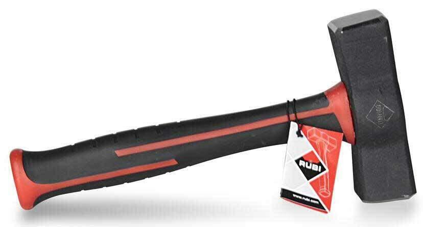 Een hamer met een ergonomische steel is handig voor het aankloppen van een beitel.