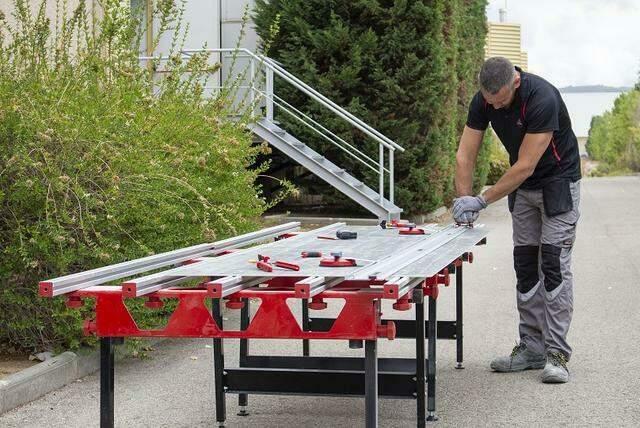 Een stabiele werktafel is een onmisbare accessoire voor grootformaat tegels