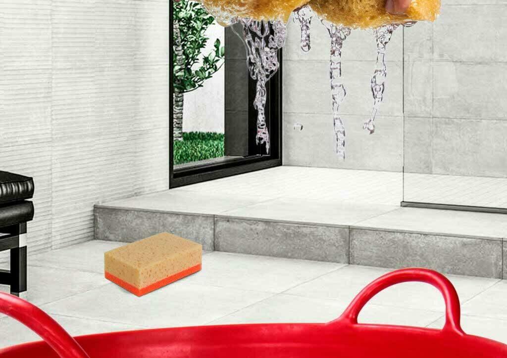 Met de dubbelzijdige spons kun je de gemakkelijk de aanzetten van de voegen op de tegel losdraaien.