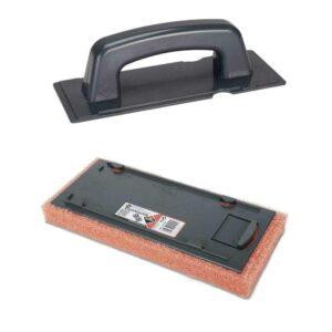 De epoxyspaan met rode schuurspons is perfect voor grote oppervlakken.