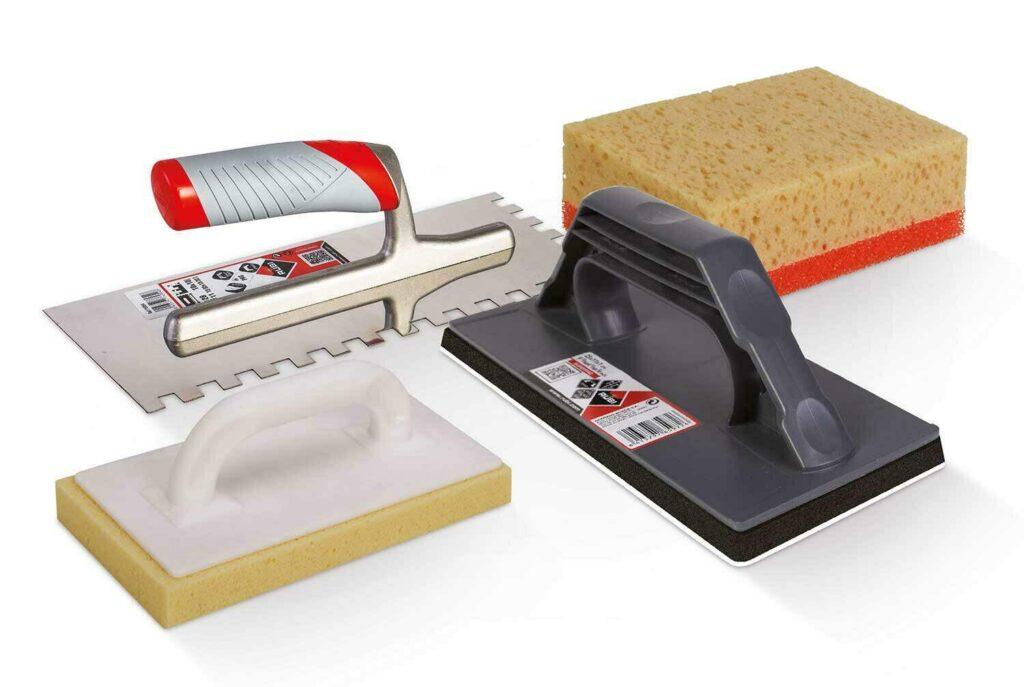 Met de set die bestaat uit een lijmkam, een spons, een sponsspaan en een inwasspaan krijg je de mooiste voegen.