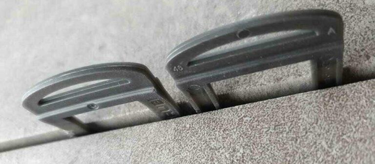 Tegels nivelleren wordt nog gemakkelijker met deze clips in verschillende kleuren.