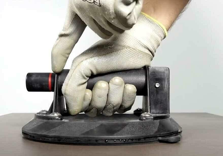 Gebruik voor dikke, zware tegels een vacuüm tegeldrager om de tegel zo ergonomisch mogelijk te dragen.