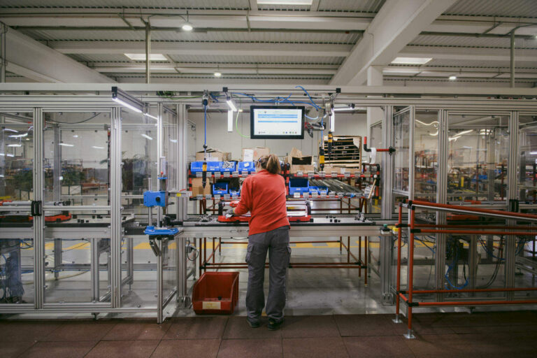 Het logistiek centrum heeft een volledig geautomatiseerd magazijn.