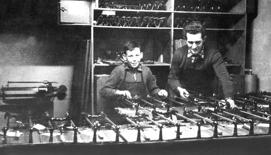 Een zwart-wit foto van een productielijn van RUBI in 1960