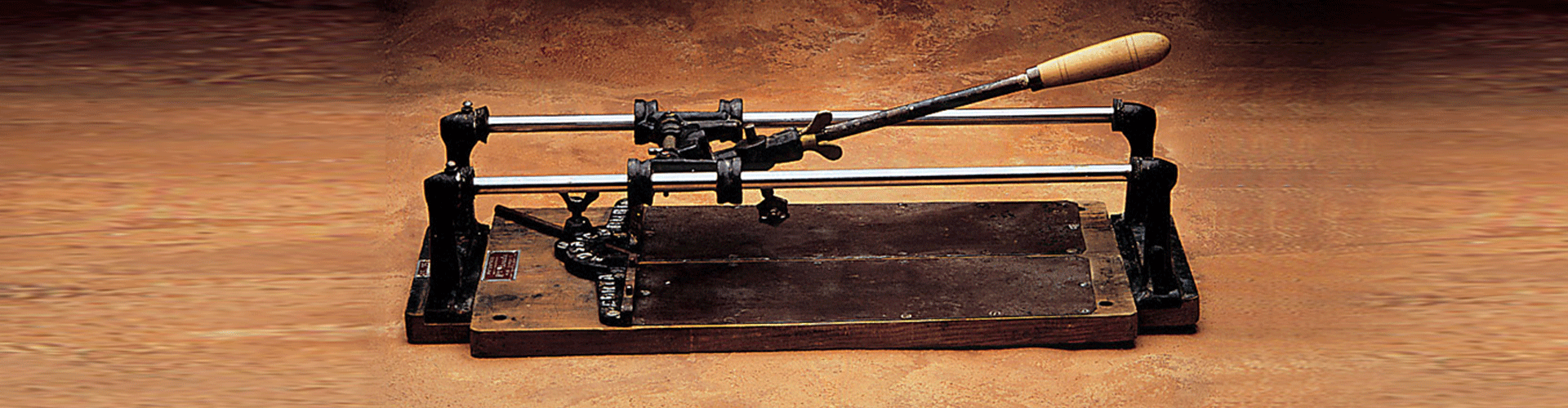 RUBI is de uitvinder van de eerste tegelsnijder voor het snijden en breken van mozaïek en tegels, en nu het wereldmerk in de tegelmarkt en bestaat dit jaar 70 jaar.