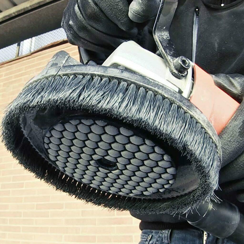 Een RUBI steunpad met polijstschijf op een haakse slijper.