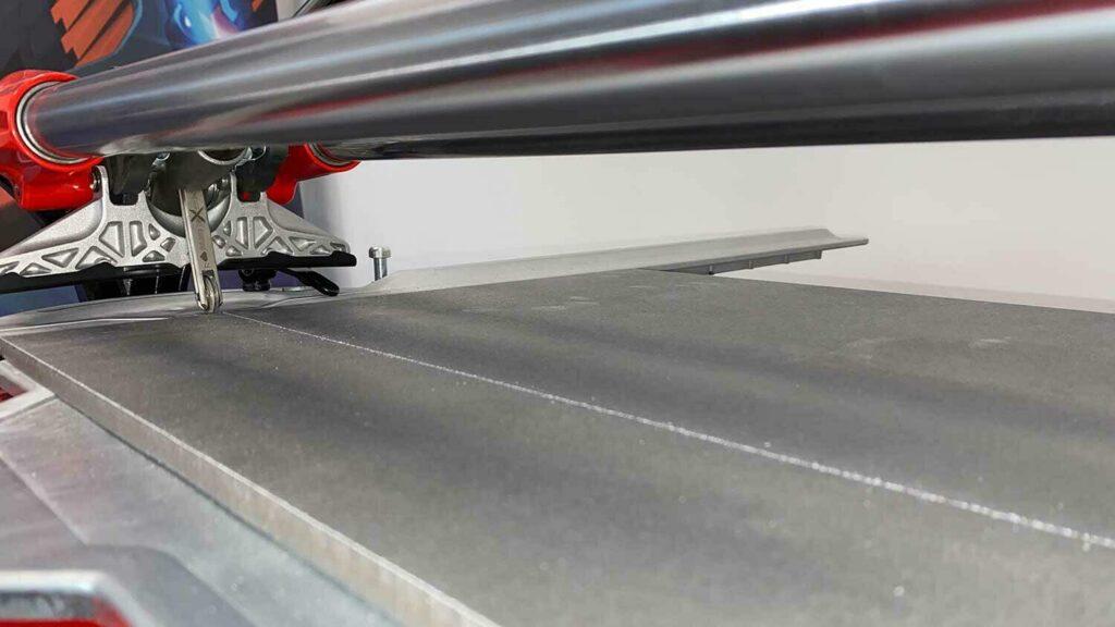 De breekvleugel van de TX-MAX is zo gemonteerd, dat er tijdens het snijden altijd een volledig zicht op de snijlijn is