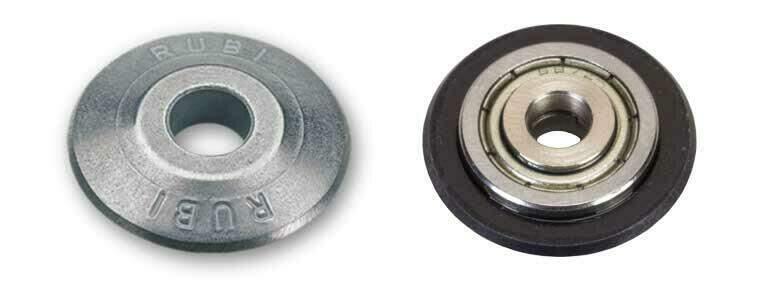 Het RUBI 22 mm SILVER en EXTREME snijwieltje naast elkaar zodat het verschil tussen de uitvoering met en zonder kogellagers duidelijk zichtbaar is.