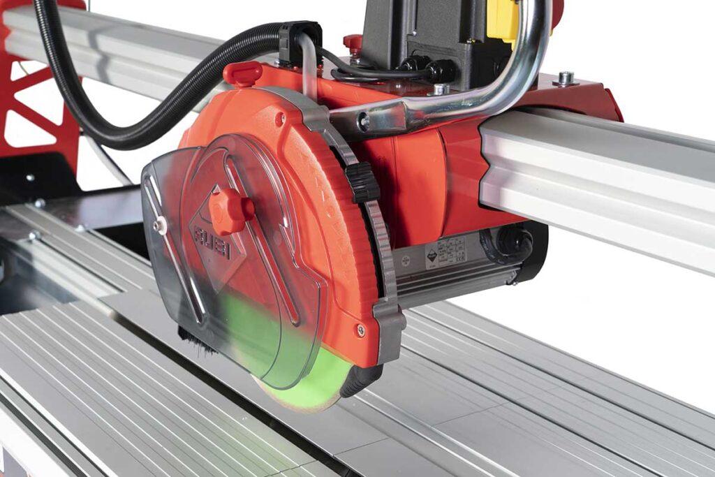 De versterkte aluminium geleiderail en het spatbeschermingssysteem van de DCX-250 Xpert zaagmachine van RUBI.