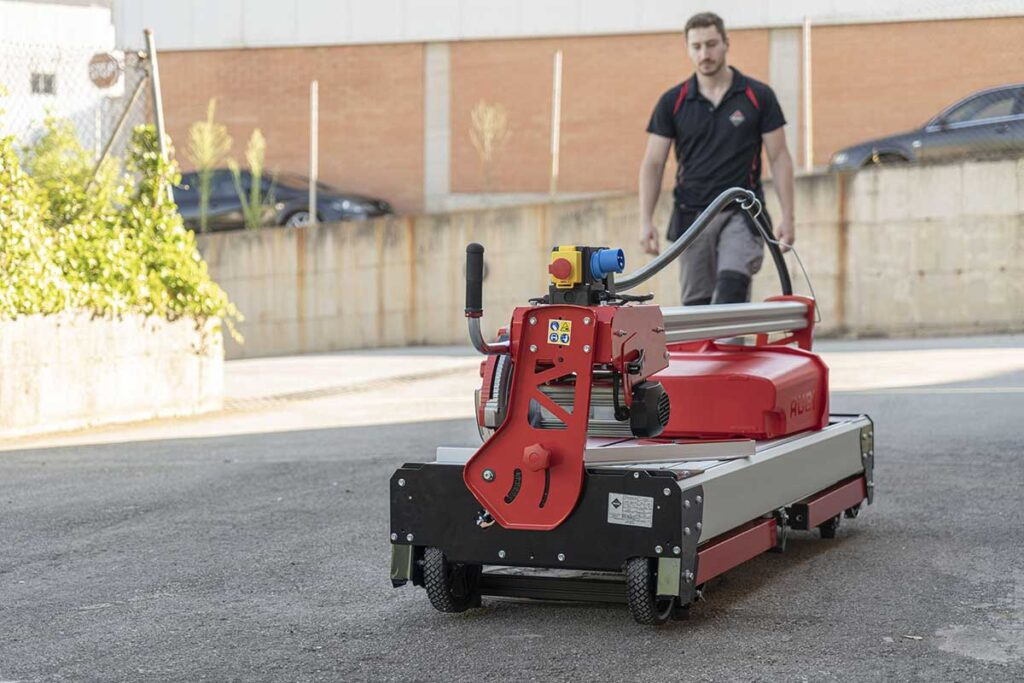 De extra grote wielen en de handgreep maken het gemakkelijk om de DCX-250 Xpert zaagmachine van RUBI te verplaatsen.