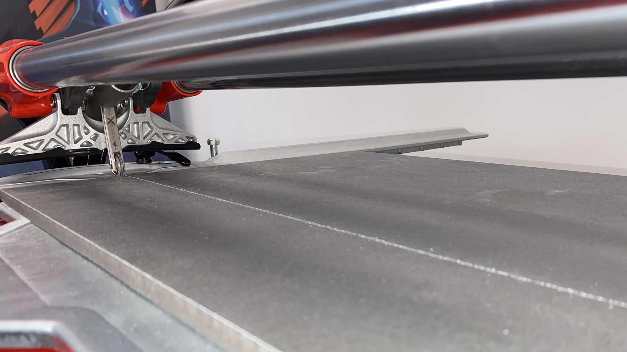 Een zuivere snijlijn, hier van een RUBI TX-MAX tegelsnijder, kun je bereiken met de juiste snijtechnieken.